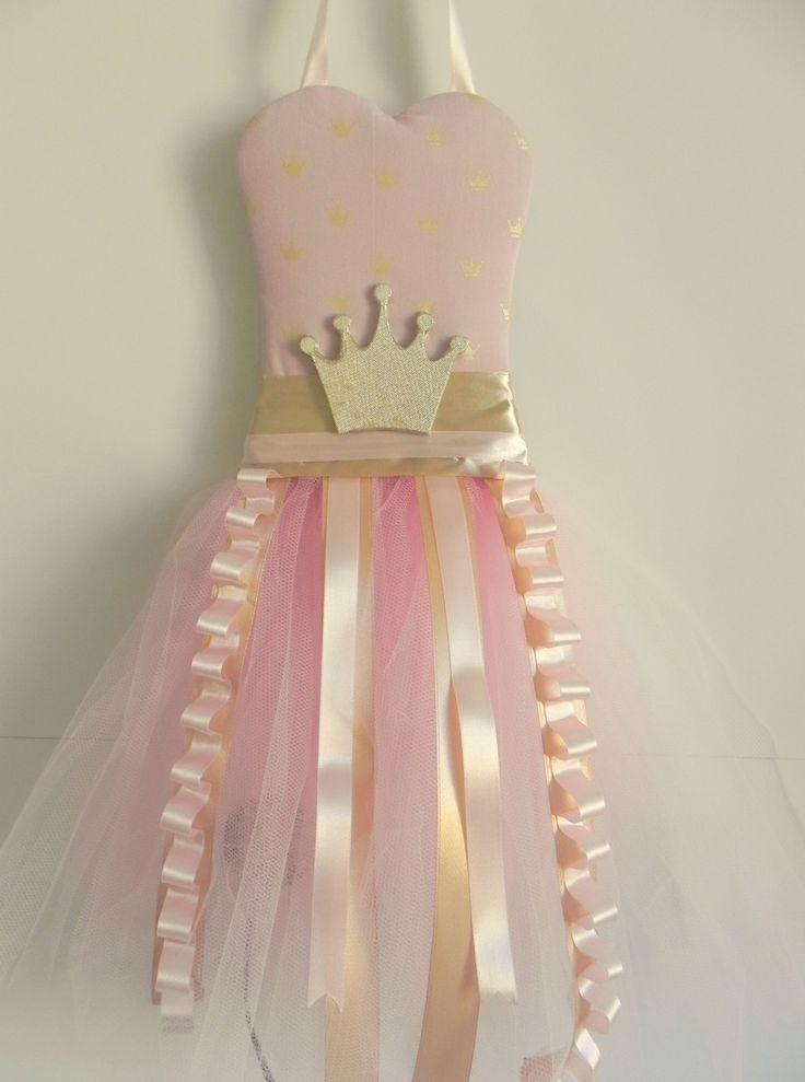 Porta Tiaras  Corpete tecido 100% algodao, rosa com mini coroas douradas, saia tutu de tule rosa bebe, enfeitada com fitas de cetim rosa e douradas e para um toque real, coroa encapada por tecido dourado brilhante.