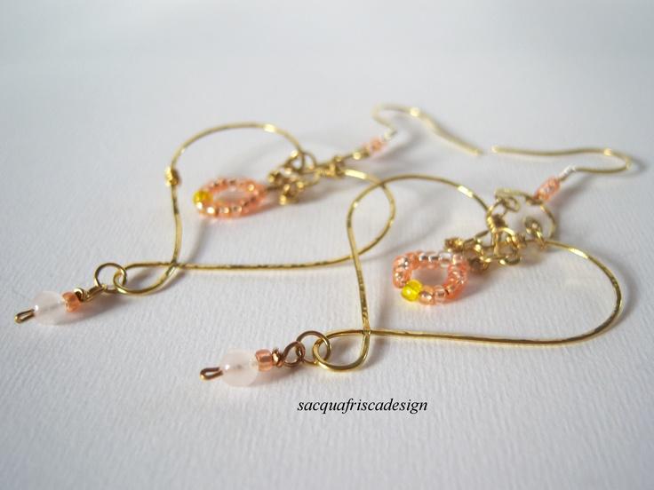 Cuori in ottone martellato pisccole perline di quarzo rosa..