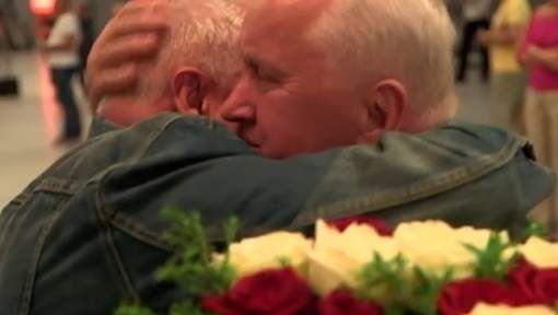 1 Na 70 jaar ontmoet George Skrzynecky zijn tweelingbroer Lucian Poznanski voor de eerste keer in zijn leven. Ze werden als baby van hun moeder en van elkaar gescheiden. Hun moeder moest tijdens de Tweede Wereldoorlog voor de Duitsers werken en werd later ziek. Daardoor kon ze niet meer voor haar zonen zorgen en werden de tweelingbroers ondergebracht bij Poolse pleeggezinnen. Na een lange zoektocht zijn de tweelingbroers met elkaar herenigd in Warschau. (SOCIAAL); ( Polen - Warschau…