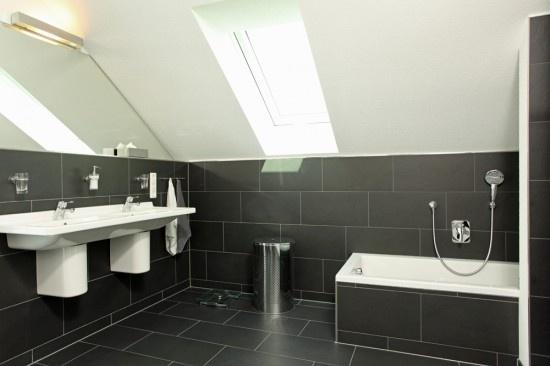 Fertighaus wohnidee badezimmer in schwarz wohnideen for Wandfliesen bad