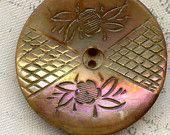 Antique ormeau Shell bouton gravé fleurs 23mm arc-en-ciel Iridescence sifflet 7/8 po