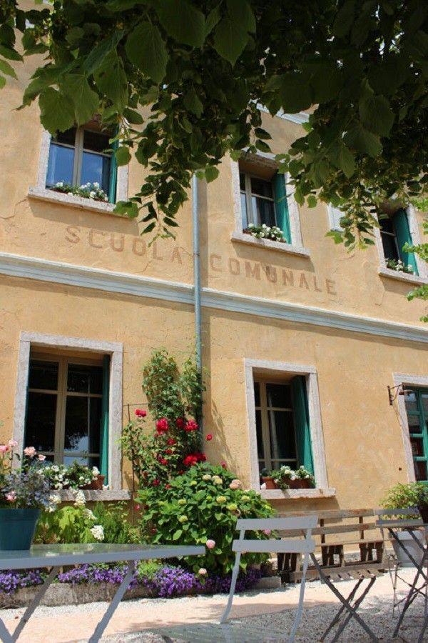 Een oud schoolgebouw bij Vicenza is omgetoverd tot een unieke B&B, met kamers die genoemd zijn naar schoolvakken en een groot schoolbord in de keuken.