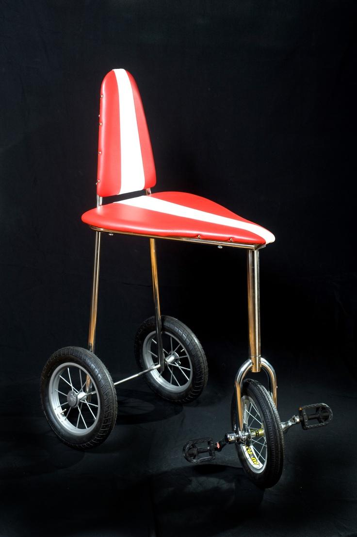 La Cicledia. Sedia sgabello a pedali che va avanti, indietro, e gira a destra e a sinistra.