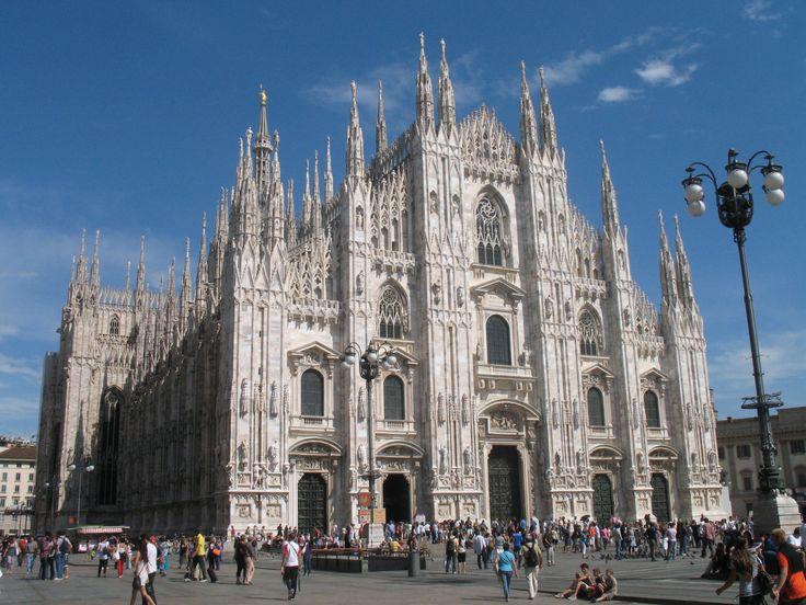 De Dom van Milaan (Duomo Santa Maria Nascente) is een meesterwerk van gotische kunst. Er is aan gebouwd van 1386 tot 1950.