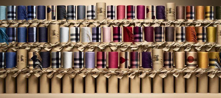 Burberry presenta Scarf Bar a Milano e Roma: l'Elogio della Sciarpa in Cashmere Burberry Scarf Bar sciarpe