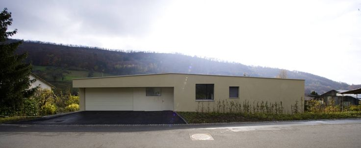 Im Schweizer Kanton Aargau wurde ein Einfamilienhaus errichtet, das zwar einen unscheinbaren Eindruck macht, aber tatsächlich eine riesige Überraschung birgt. Geplant und gebaut wurde das Haus vom Architekturbüro rgp architekten sia ag. Das in Baden ansässige Unternehmen ist bekannt für seine nachhaltige und wertbeständige Architektur. Gegenüber der Stadt Baden befindet sich, hinter der Schweizer Grenze, Ennetbaden. In dieser idyllischen Gemeinde, die in einem muldenförmigen Tal liegt, wurde…