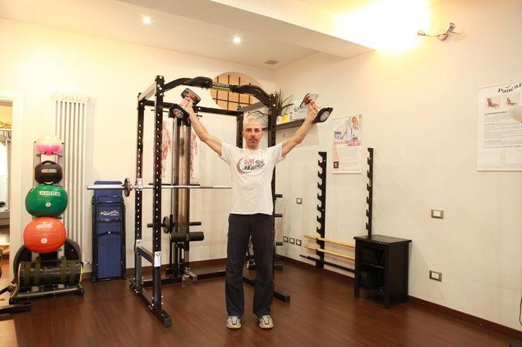 """#PersonalTrainerBologna - """"Alzate laterali con manubri"""" per i #muscoli delle #spalle e la #tonificazione dei #deltoidi  #fitness #esercizi #esercizio #spalla"""