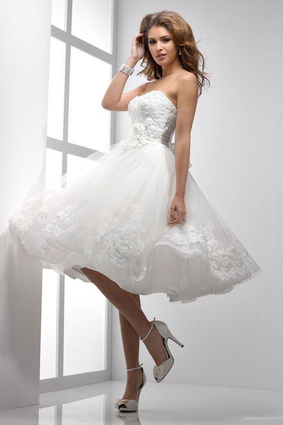 ¿Quien dijo que los vestidos de novia deben ser largos? Adiós a las tradiciones con este vestido de novia corto, juvenil, moderno y con corte princesa.