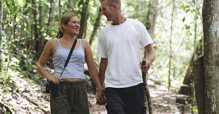 Cosas románticas para hacer cuando salgas de paseo con tu novio. Salir de paseo con tu novio les dará la oportunidad de pasar un tiempo romántico a solas. Largas caminatas pueden servir como una experiencia de unión y pueden fortalecer su relación. Mientras caminan por ahí, hay una serie de actividades que pueden realizar y que harán su paseo más romántico y memorable.