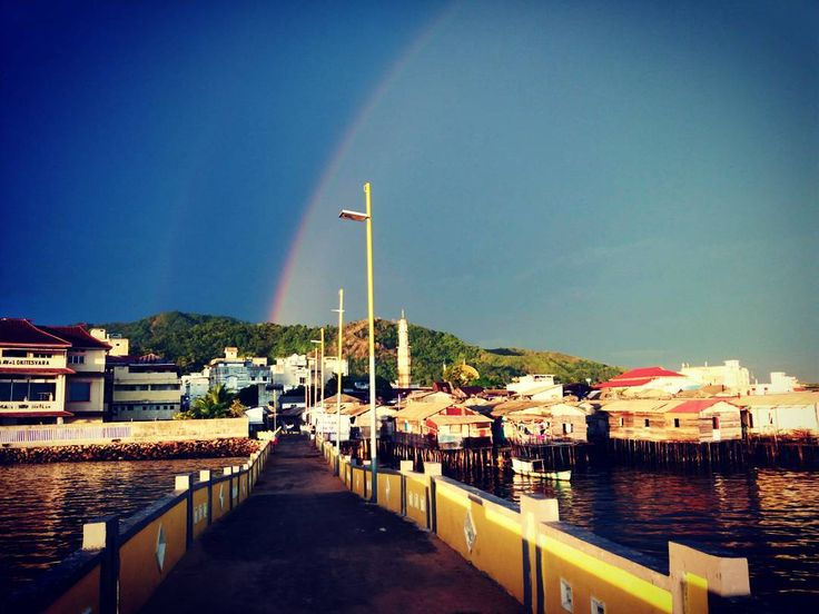 Lovely Rainbow  gracing the seaside town.  What a blessing to be able to witness this amazing view with my own eyes. No photography can capture the exact beauty like a person's eyes. We can only try to shoot and keep it to remind us the  moment.  Experimenting with #amature #photography  taken with #samsung phone. Location at newly built yellow bridge  jembatan kuning #sibolga #northsumatera Sumatera. . . . . #seaside #rainbow #mudik #liburan #idulfitri #sibolga #bridge #beach #rain #shower…