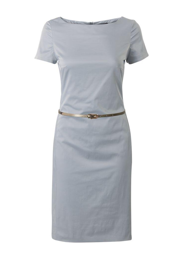 Blauwe jurk met korte mouwen en een boothals. Het is een aansluitend gevoerd model gemaakt van soepele katoen kwaliteit. De jurk is voorzien...