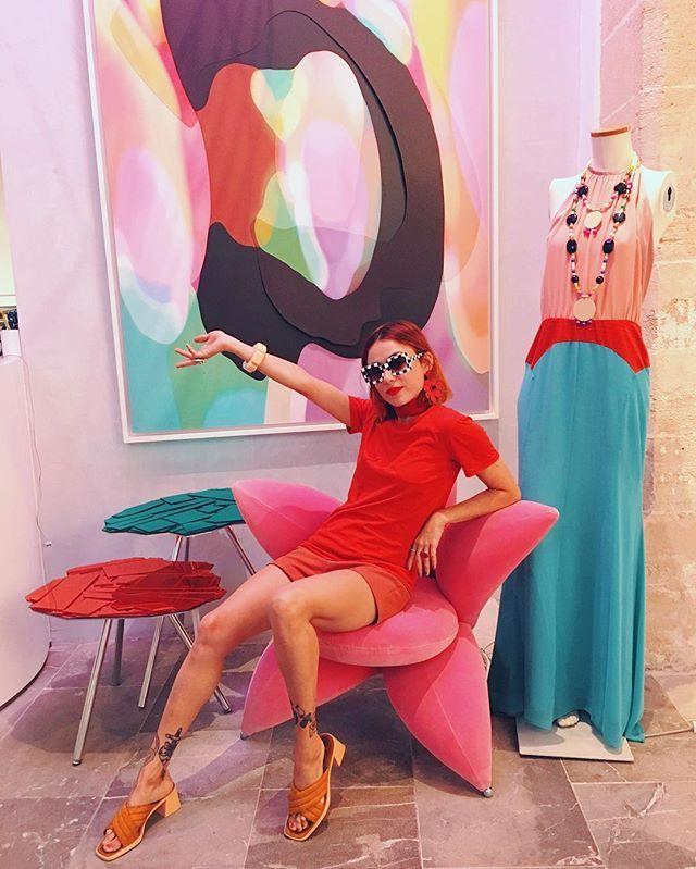 Amigos de Palma de Mallorca y viajeros por las Baleares. La cole de @mirandaxlydia está en una maravillosa galería @gb_concept entre obras de arte y muebles flipantes como este sofá de terciopelo rosa. Carrer de Sant Feliu 17 💕 💕💕 Tenéis que pasar a verlaaaaa os va a encantarrrr👅