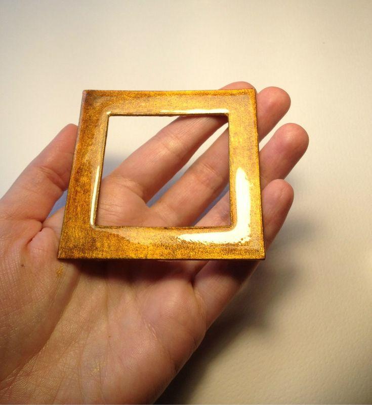 Счастлива поделиться с вами моим опытом создания «янтарной» рамочки для вырубного окошка. Окошко позволяет эффектно и практично украсить блокнот, альбом, коробочку и так далее. Все элементы спрятаны по слоем прочного пластика (толщина пластика 1 мм). Глубина окошка — около 2 мм, можно немного увеличить глубину, используя более толстый картон для обложки изделия (вместо 1,75 мм — взять, например, 2 мм).