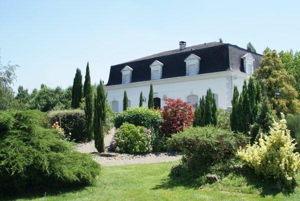 Très belle maison de caractère à vendre chez Capifrance à Plaisance dans le Gers !     > 340 m², 8 pièces dont 5 chambres et un terrain de 8120 m².    Coup de coeur assuré !     Plus d'infos > Valérie Trinel, conseillère immobilière Capifrance