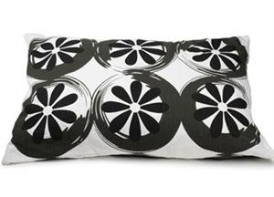 Comfortabel kussen met wielen print van VT Wonen. Nu verkrijgbaar voor € 29,95
