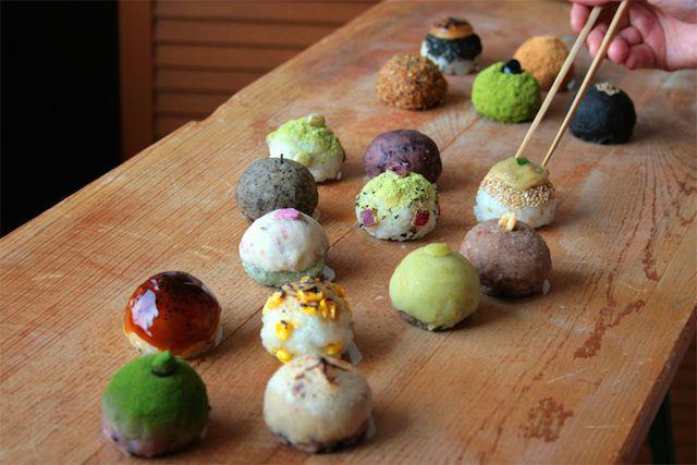"""きっと多くの人が見慣れているのは、小豆ときなこの""""2色""""のはず。でも、以下の整然と並べられた""""丸っこいものたち""""だって、み〜んな「おはぎ」なんですよ!..."""