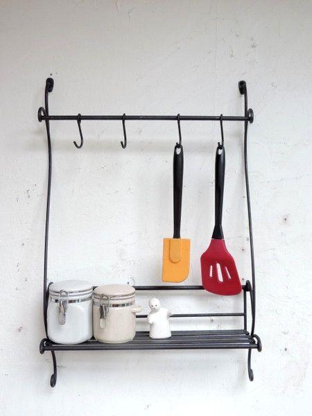 フックが4本付いた便利なウォールラックです。毎日のお料理に使うキッチン小物をかけられるスパイスラックとしてキッチンにセットしてお使いください♪アイアン塗料を使...|ハンドメイド、手作り、手仕事品の通販・販売・購入ならCreema。