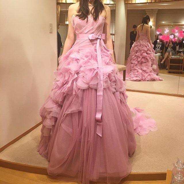 2016.06.06#カラードレス 選び 私のテンションがあがる1着#verawang のピンクヘイリー。 ワンサイズ大きくてブカブカですが…(>_<) ※ でも母・妹・旦那さんの反応は、イマイチでした😱😱 ・私が選びそうなデザインのドレスで、あまり面白味がない ・色が薄いピンクなので、変化が分かりづらい とのこと。 3人の反応が良くなくて、迷ってきてしまいました🤔💦 また#ドレス迷子 ー(>_<)!! カラードレス決定のポイント、ぜひ教えてください(>_<)♡♡ ・ ・ ・ ・ #プレ花嫁 #palacehoteltokyo #パレスホテル東京 #花嫁 #日本中のプレ花嫁さんと繋がりたい #wedding #プレ花嫁 #2016冬婚 #hayley #ヘイリーピンク #ヘイリー #ヴェラウォン #ハツコエンドウ #お色直し #ドレス迷子 #カラードレス試着 #迷う迷う #結婚式準備 #結婚準備 #ウェディングソムリエアンバサダー #ホテルウェディング