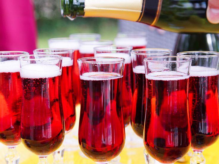 Ett svalkande och juligt recept på en fördrink med mousserande vin och glögg med smak av blåbär och ingefära. Perfekt till adventsfesten!