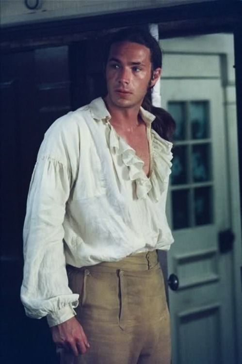 Now that's a very fine shirt, sir: James D'Arcy as Tom Pullings in Master and Commander: The Far Side of the World