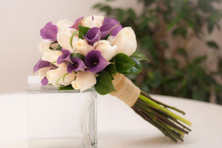 Bouquet de calas moradas y rosas blancas