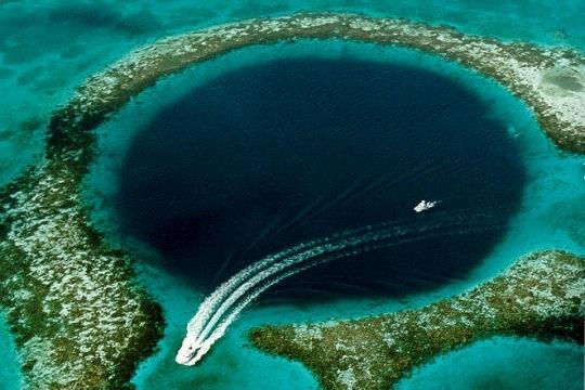 Au large de la côte du Belize, le Grand Trou Bleu est une impressionnante faille sous-marine rendue célèbre par Jacques Cousteau. D'un diamètre de plus de 300 mètres et de 120 mètres de profondeur, ce fut une grotte calcaire à la période glaciaire qui, lorsque le niveau de l'océan s'éleva, fut totalement inondée. Il est aujourd'hui l'un des 10 principaux emplacements de plongée dans le monde