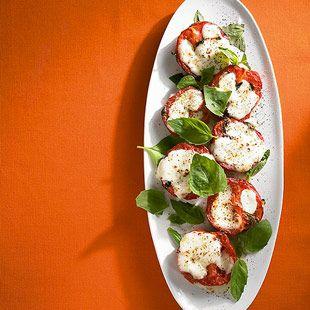 Eiertomaten mit Mozzarella und Basilikum