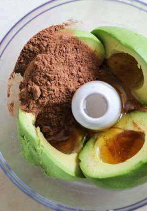 chocomousse recept 4 ingrediënten geprobeerd en yummy ! 60 gr cacao + 2 avocado's + 100 gr honing + 60 ml amandelmelk + sofie zeezout