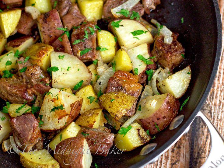 One-Skillet Roasted Steak & Potatoes | bakeatmidnite.com | #beef #roastpotatoes #onedishmeals