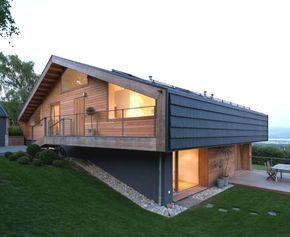 Moderna interpretación del chalet, por LRS Architects. Vivienda chalet construida en una parcela en ladera, cerca de Ginebra (Suiza). El edificio tiene tres plantas, y está definido por una potente cubierta a dos aguas.      #Arquitectura