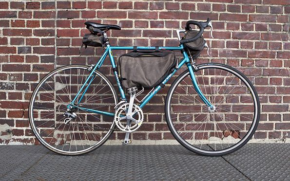 Tanner Goods love bikes. The perfect all-round tool for city and nature. And because the innovators from Portland longed for functioning cycling equipment, they designed it themselves. The result is a three-piece, that can be combined individually, for short commutes or long trips. Construction-wise they use various heavy, waxed canvas fabrics, brass hardware and hand-stitched Chromexcel leather. Suitable for a variety of bikes, because the straps are fully adjustable.