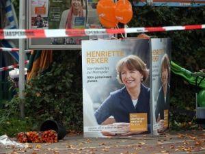 Ein Wahlpakat von Henriette Reker am Ort des Angriffs auf einem Kölner Wochenmarkt. (Archivfoto)