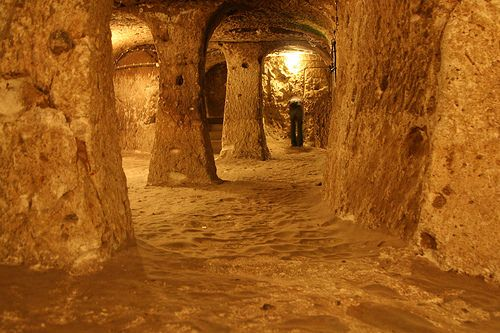 Derinkuyu yeraltı şehri II. KAT Derinkuyu yeraltı şehrinin ikinci katının gezilebilen bölümlerinde, oturma odası olarak kullanılan mekânlar, günümüzde yeraltı şehrinin girişi olarak kullanılan bölüm, mutfak, mutfakla alakalı birimler, şaraphane, erzak depoları ve mutfağın devamında ahır olarak kullanıldığı belirtilen bir bölüm bulunmaktadır.Nevşehir
