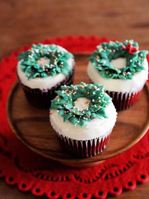 ココア味の赤いカップケーキの上に、こんもりと雪がつもったようにたっぷりとバタークリームをのせ、小さなクリスマスリースをON! カラースプレーをまぶすだけのプレーンな飾りなので、大人っぽく仕上がる。 >デコレーション・レシピはこちらから
