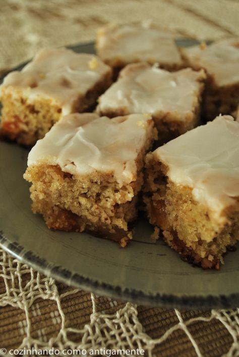 Receita de bolo de damasco seco, gengibre cristalizado e nozes picadas com cobertura de açúcar e limão. Uma mistura de sabores incrível!
