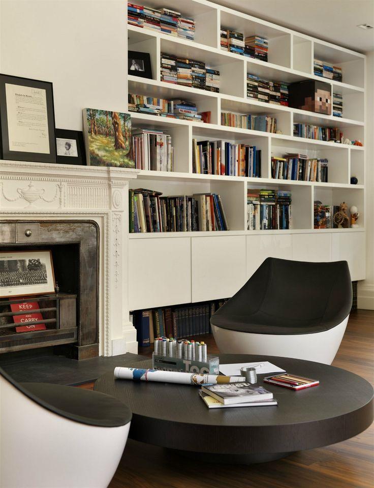 K posezení u krbu ve společenském salonu, který leží ve staré části domu, slouží dvojice pohodlných křesílek Orbital od francouzského designéra Christopha Pilleta.