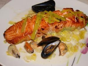 """Coucou , voici une recette que j'ai vu la semaine dernière à """"Un diner presque parfait sur M6"""". Pavé de saumon sur étuvée de poireaux et sa sauce moules marinières.  La recette se trouve icilink  Merci Valéry pour cette bonne recette !!!!  Bonne journée à tous !!!  - Pavé de saumon ..... un diner presque parfait...."""