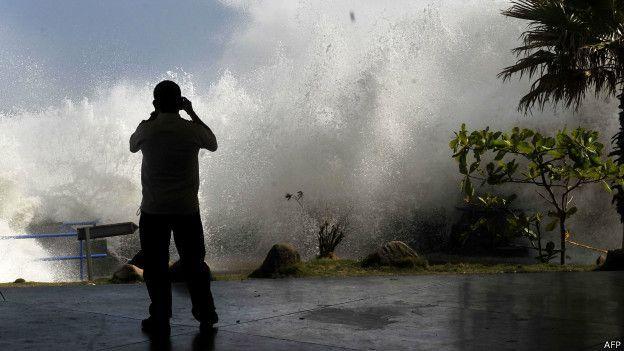 Ondas gigantes arrasam costa do Pacífico; de onde elas vêm? - BBC Brasil