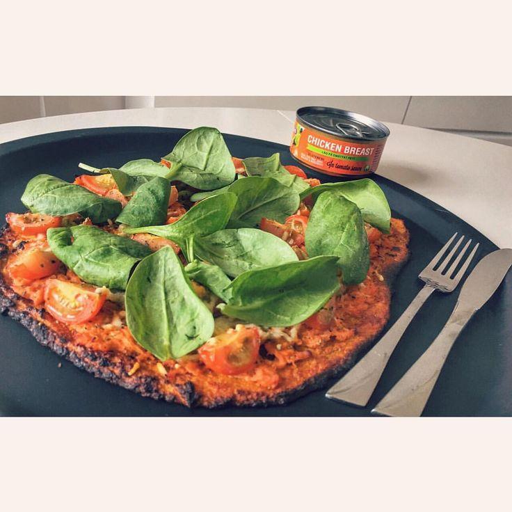 sötpotatis-pizza-botten med kyckling i tomatsås @nobleschicken, tomater, färsk spenat och ost! Hela kalaset på endast 512 kcal... RECEPT: Mixa 250g söt/potatis, 1 ägg - Baka 200* till lite färg. Sen toppa med det du vill ha och in i ugn en stund till. #Fav #lågkalori #broccoli #blomkål #morot #kikärtor