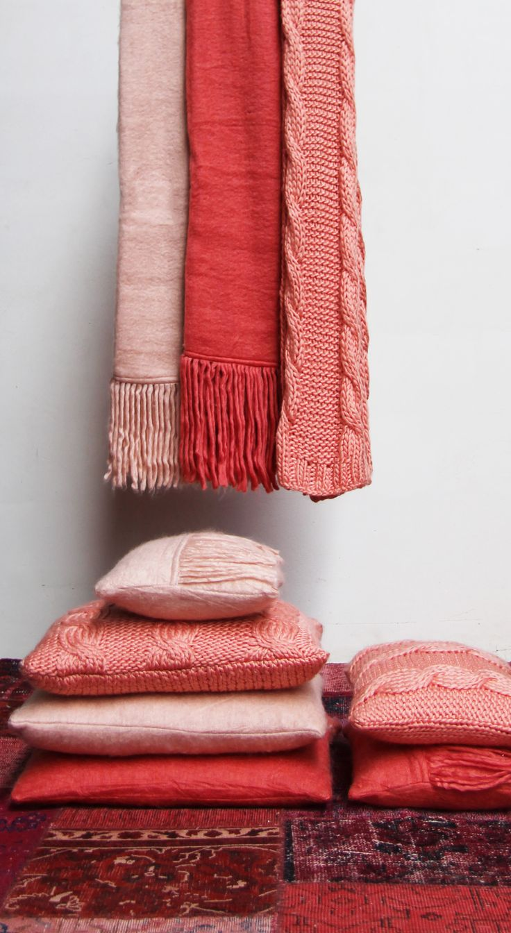 Pastel roze en koraal kleurige zachte stoffen op een Kelim vloerkleed. Kijk op www.lounge-living.eu voor de gehele collectie.