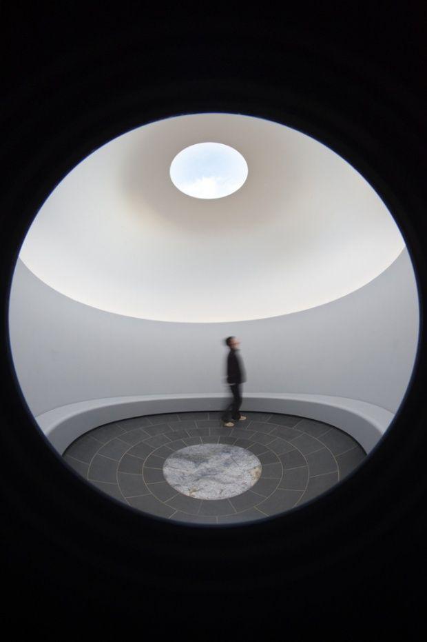 #Arte:James Turrell. A Retrospective review – light and colour reach for the sublime