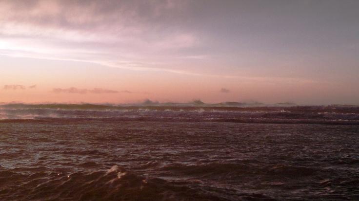 il vento furioso solleva le onde lontane in onde di vento