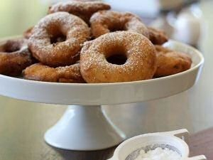 Een heerlijk recept voor oud-hollandse, ouderwetse appelbeignets! Ze mogen natuurlijk niet ontbreken tijdens Oud & Nieuw! #NYE #oudjaarsavond