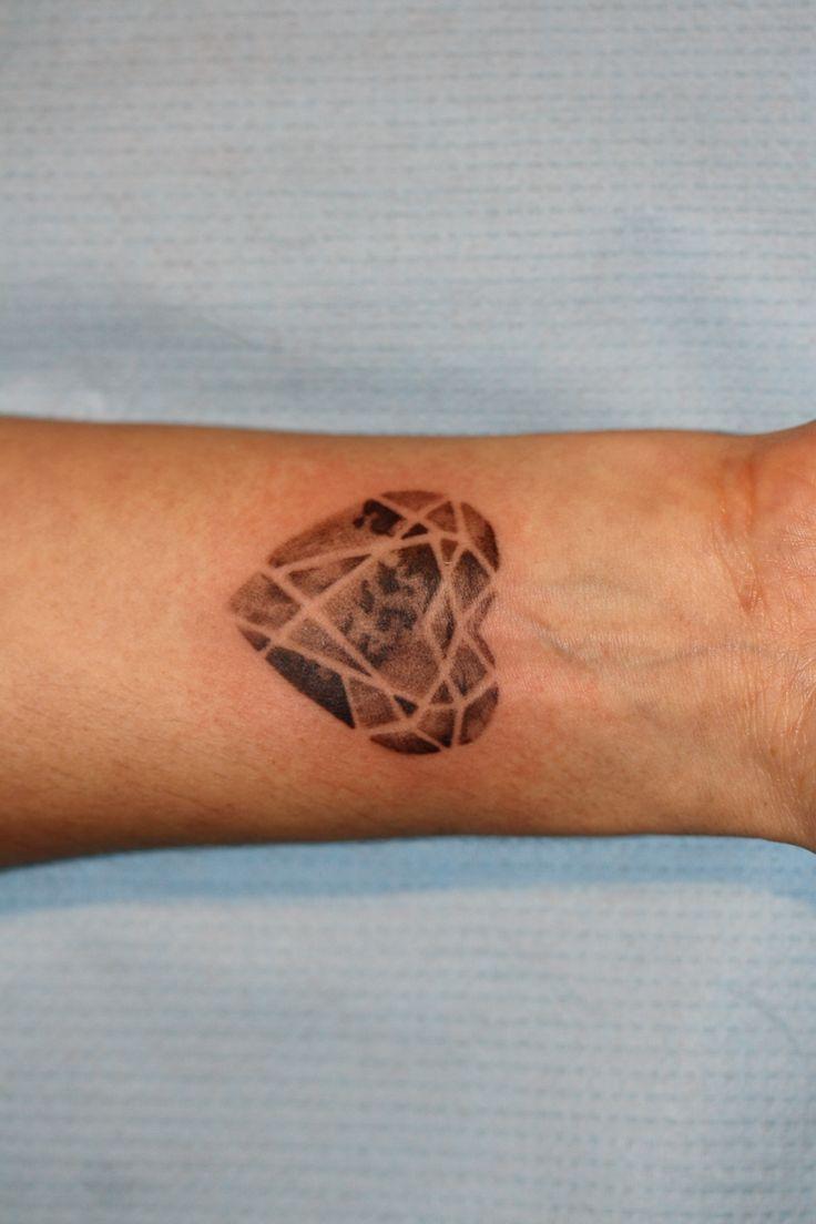 tatuaż serce, w nietypowej odsłonie - wykonanie studio TIME4TATTOO www.time4tattoo.pl #tatuazserce #sercegraficzne #tatuażnanadgarstku #hearttattoo #graphictattoo #b&gtattoo #wirsttattoo #time4tattoo