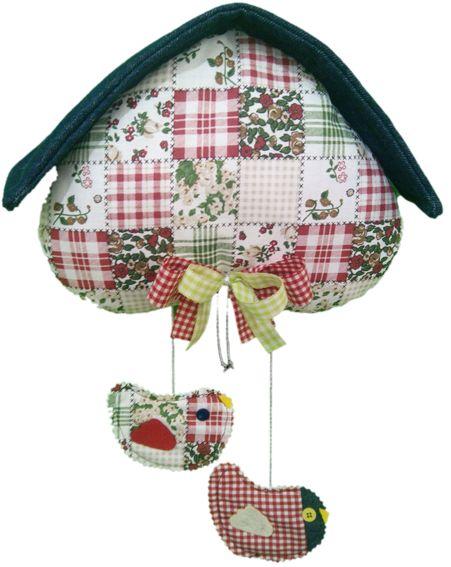 """Casetta imbottita """"cuore rovescio"""" in tessuto motivo """"patchwork"""" e tetto in denim. Due pendenti decorativi """"uccellini""""."""