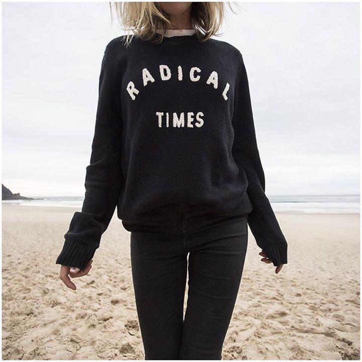 fall beach outfit - all black sweatshirt