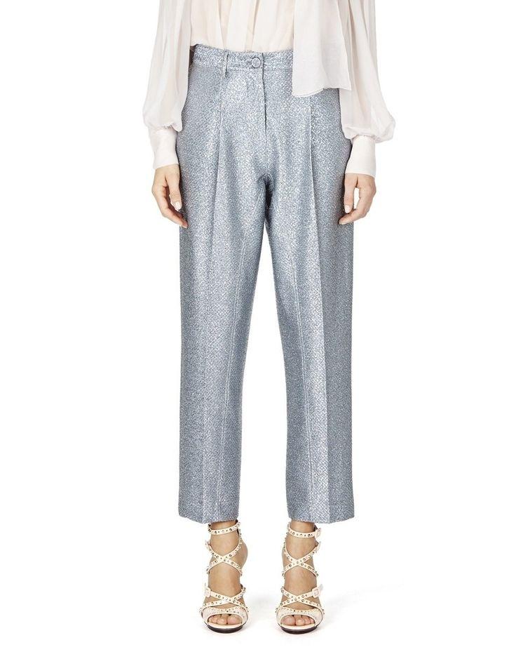 Questi pantaloni cropped, in lurex, hanno pieghe frontali e una vestibilità comoda.