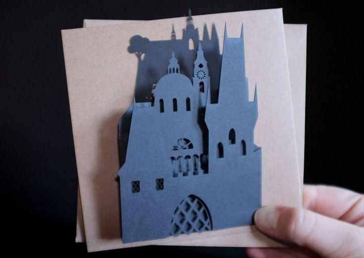 Авторская открытка, вырезаннаялазером из высококачественной бумаги. На силуэте изображена панорама, которая открывается перед вами, еслистоять на Карловом мосту: Башни Карлового моста, Церковьсв…