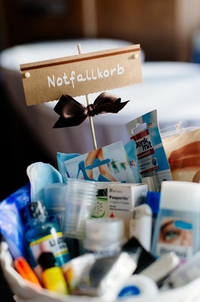 Notfallkörbchen auf den Toiletten deponieren. Mit Deo, Tampons, Haarspray, Kamm, Bürste, Sicherheitsnadel, Nadel und Garn, Handcreme, Sonnencreme ausstatten.