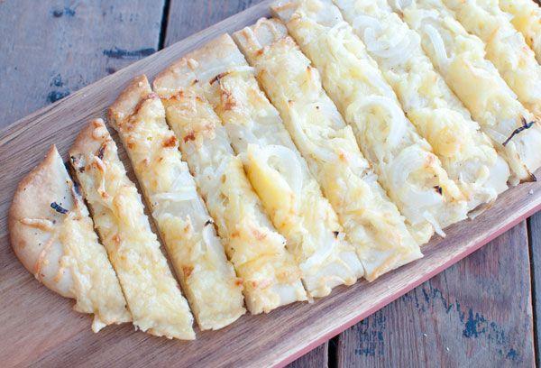 Kaas-uienbrood; een pittig broodje. Lekker, snel klaar en bestaat uit maar 5 ingrediënten. Lekker bij de lunch, een kop soep of als snack bij de borrel.